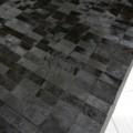 Tappeto a mattonelle realizzato con pelli a pelo nero e bordo in pelle Zaffiro